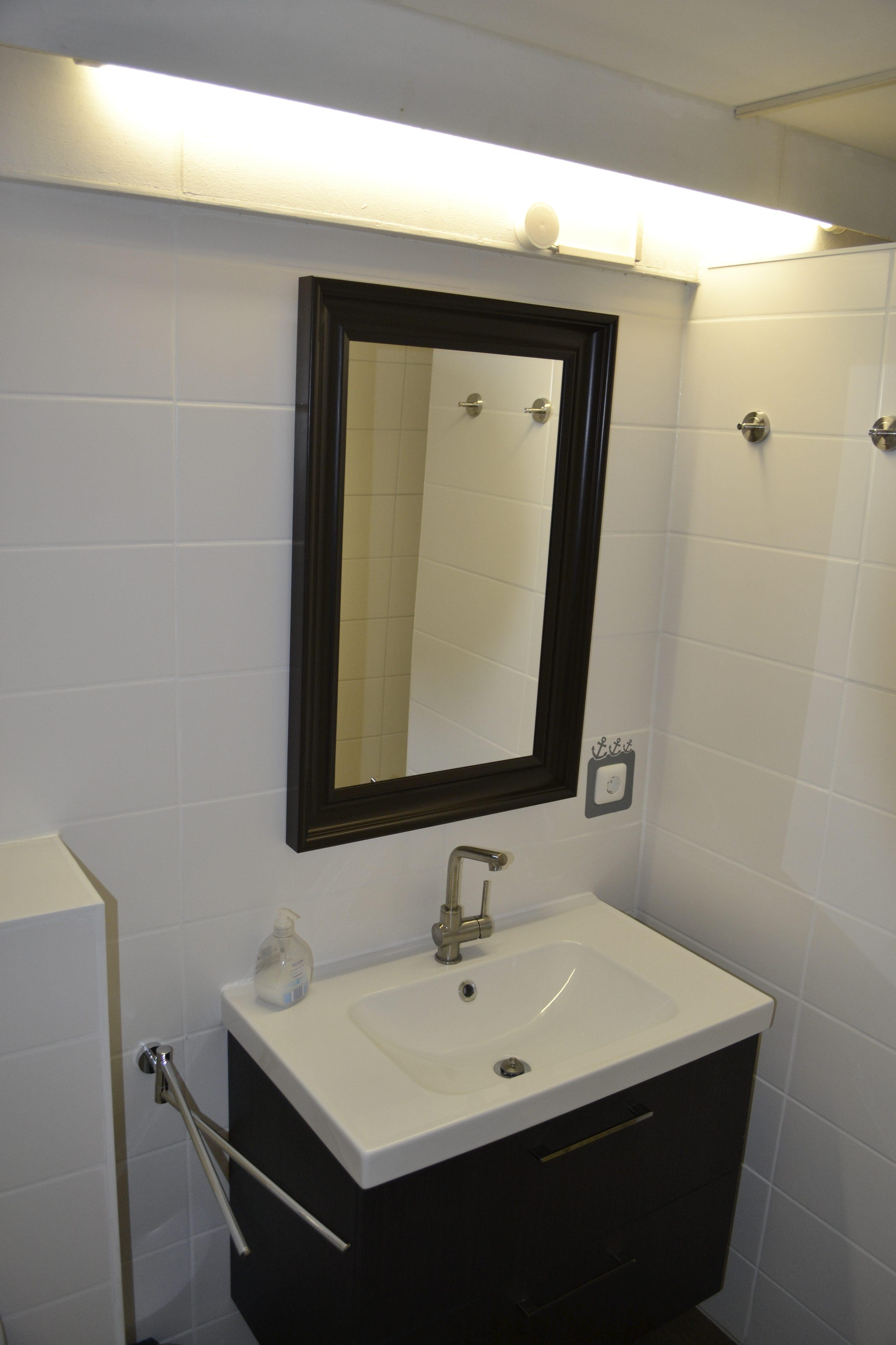Badezimmer: Waschtisch mit Stauraum